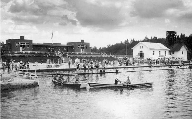 """Рекреация на летнем курорте """"Помярки"""", соляно-серный бассейн, 30-е годы ХХ века."""